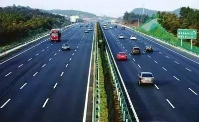老司机上高速 为什么都喜欢走中间车道?