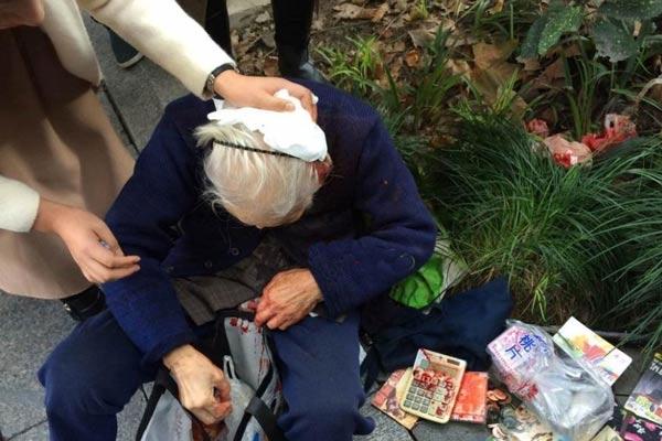 网红奶奶闹市卖鞋垫 被双截棍打成重伤