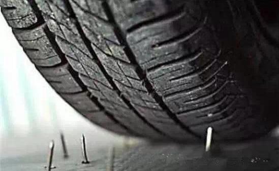 """轮胎扎了""""钉子""""怎么办?该不该拔了呢?"""
