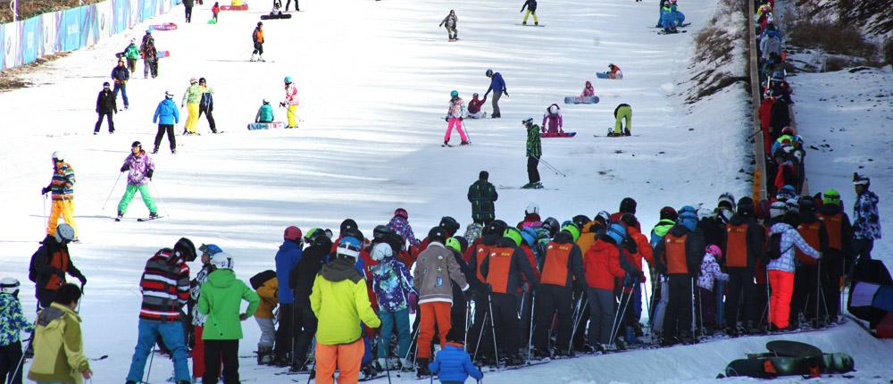 河北崇礼滑雪季开启 上千人雪场体验首滑乐趣