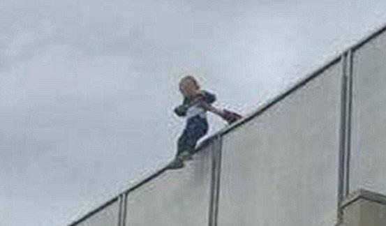 澳男童酒会上独自坐阳台边晃腿险些坠落