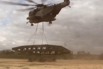 美军重型直升机吊起了一座桥