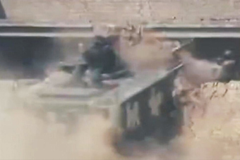 中巴反恐训练开装甲车破墙