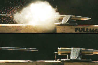 外国小哥用弓箭击发狙击枪子弹