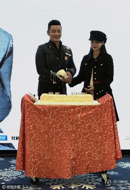 黄晓明上海庆生 Baby挺大肚亲送蛋糕甜到腻