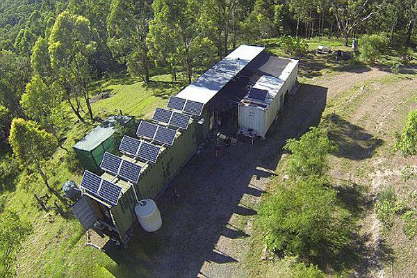英退休工程师澳山林用集装箱建造温馨小家