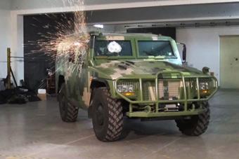 国产轻型装甲车性能彪悍展示