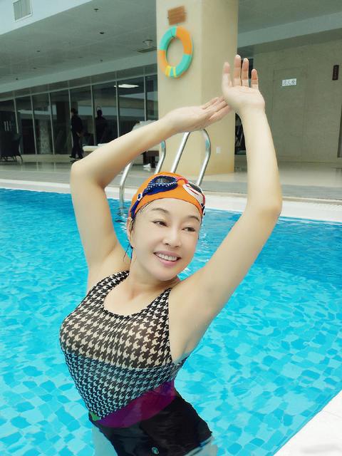刘晓庆晒泳装照 身材姣好气质佳