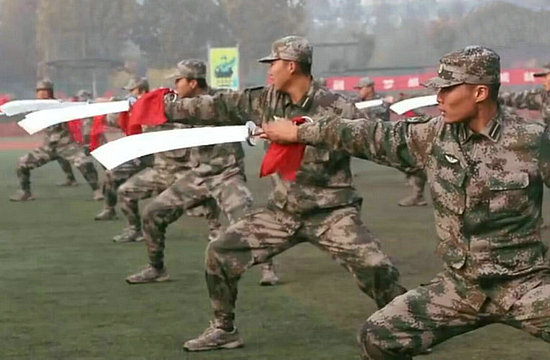 大学军训惊现解放军大刀队
