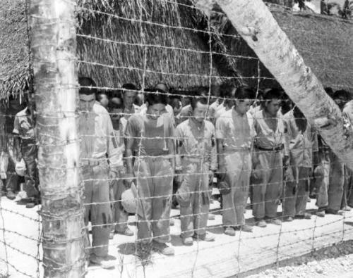 图片说明: 1944年的关岛战役中,日军阵亡1.8万人,被俘1250人。图为关岛战俘营中的日军俘虏。
