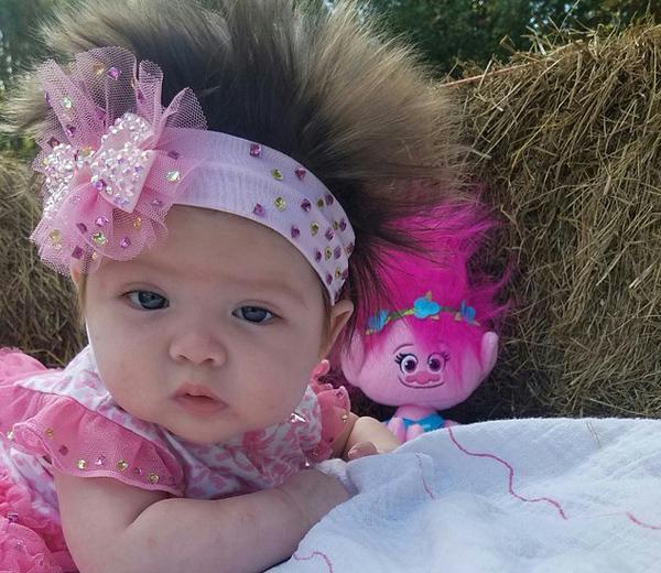 美婴儿头发向上生长 母亲顺势将其打扮成怪物