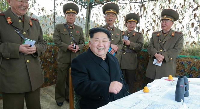 金正恩视察炮兵部队 与士兵合影受到热情欢迎