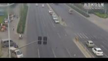 监拍:女子骑电动车闯红灯被撞飞