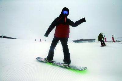 中国滑雪队入驻崇礼雪场 游客可围观训练