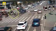 强行变道弄伤协警还逃逸,这位奔驰车主要上天
