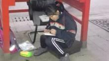 12岁女孩4年来电话亭当书房借着灯光写作业