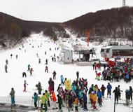 河北崇礼滑雪场全部开滑 滑雪爱好者聚集