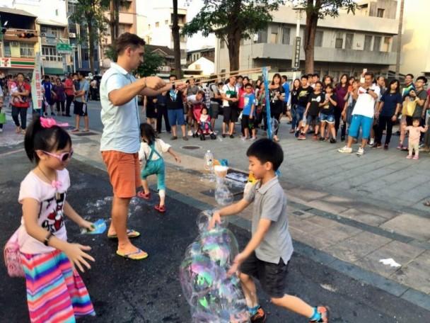 外籍人士在台街头表演遭顽童破坏 台网民:教育失败