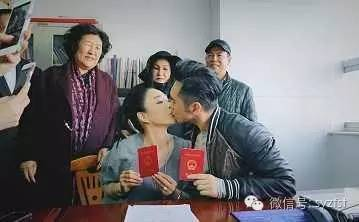 钟丽缇张伦硕领证成夫妻,只是张伦硕母亲表情亮了