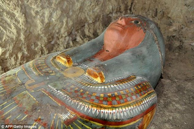 埃及新发现千年木乃伊  保存完好服饰华丽
