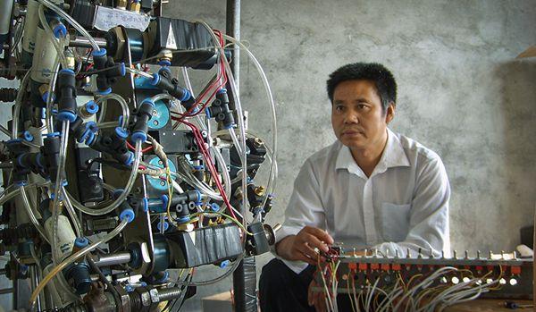 科技图片故事:北京通州农民用废品发明机器人