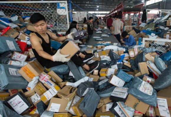 成都快递公司24小时通宵加班 快递员淹没在包裹中