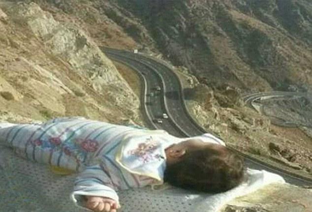 沙特一夫妇将婴儿放悬崖边拍照遭谴责