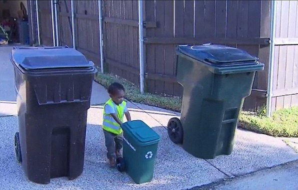 美2岁男童热衷与垃圾工人一起回收垃圾