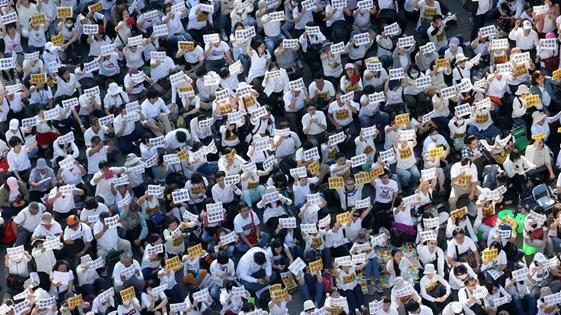 """台湾万余名反同性婚姻群众包围""""立法院""""抗议"""
