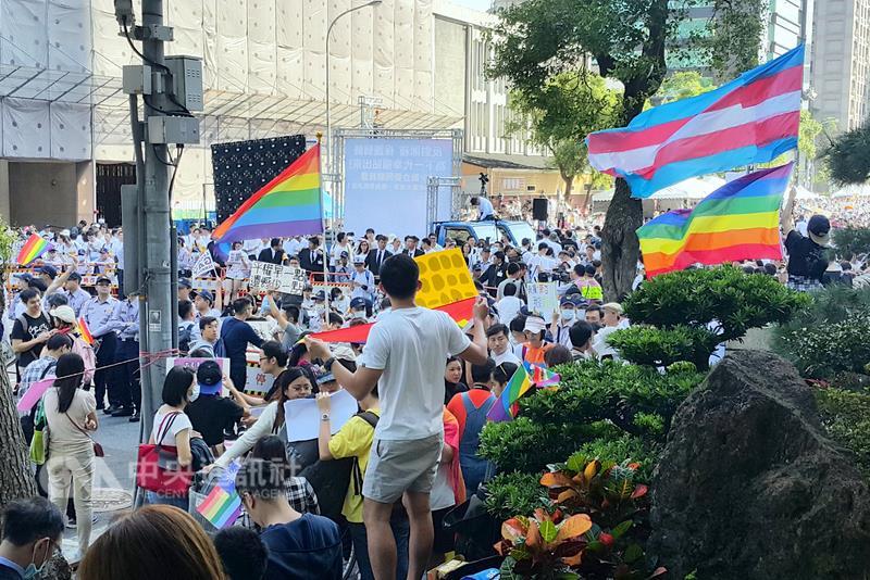 """台""""立法院""""开审婚姻平权法案 挺同性婚姻团体持彩虹旗抗"""