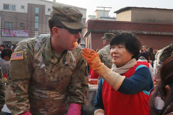 驻韩美军士兵腌制泡菜 民众喂吃停不下来