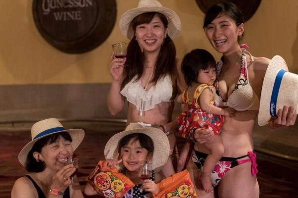 探访日本温泉圣地箱根 俊男美女共浴红酒温泉太奢侈