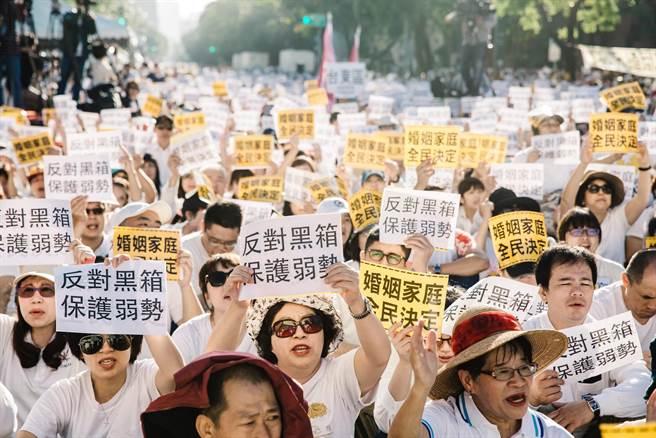 """明升m88.com万余名反同性婚姻群众包围""""立法院""""抗议"""