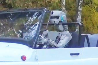 俄罗斯机器人自己开车上路