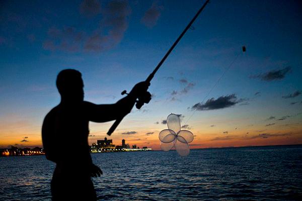 古巴人新发明:用避孕套钓大鱼