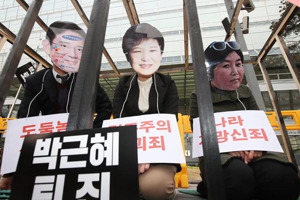 """韩民众示威要求总统下台 """"朴槿惠""""被关牢笼""""闺蜜""""作陪"""