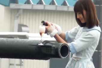 10式坦克表演炮口顶酒杯失败