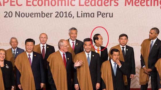 APEC领袖大合照 宋楚瑜绕了一圈找不到站位
