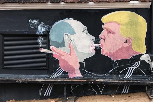哥俩好!立陶宛街头现特朗普与普京一起抽烟涂鸦