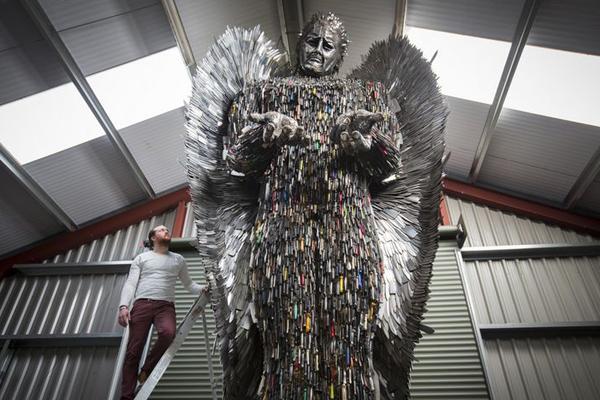 英国艺术家用警局缴获刀具制作近8米高天使雕塑