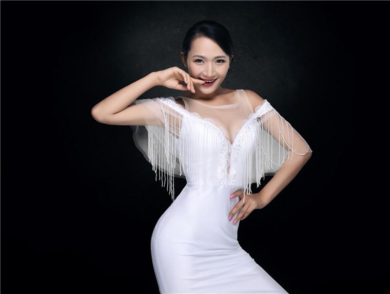 电音皇后王络萱大露香肩 S造型上阵性感撩人