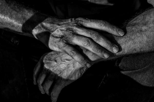 《金刚狼3》发布狼叔手部特写剧照:伤口触目惊心