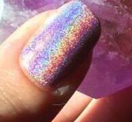 看,有一道彩虹在我的指甲上!