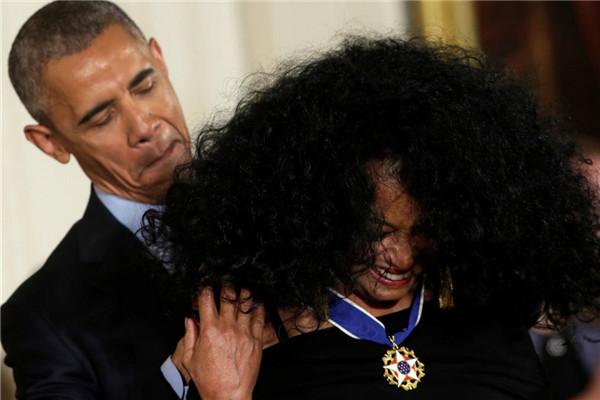 奥巴马最后一次授勋 女歌手爆炸头让其无从下手