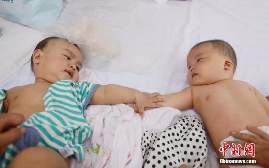 """婴幼儿养育家经难念 """"全面二孩""""倒逼社会化服务"""
