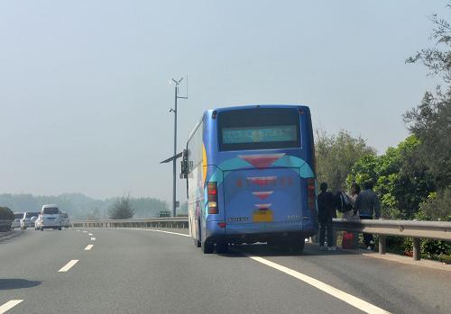 在高速路上行驶最怕什么 这些情况你得注意