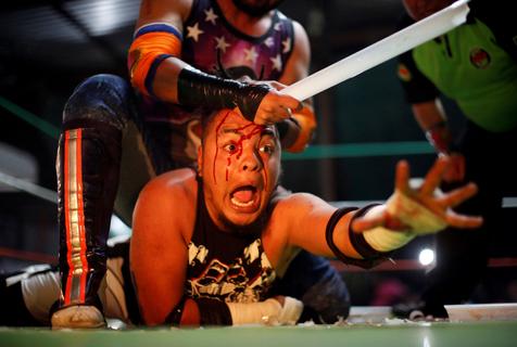墨西哥摔跤手血腥格斗 刺激又心酸