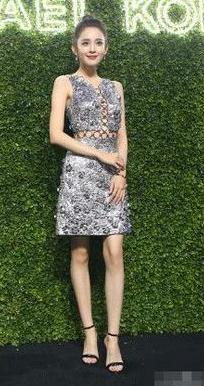 一条价值数万元的裙子活生生的被娜扎穿出了廉价感!