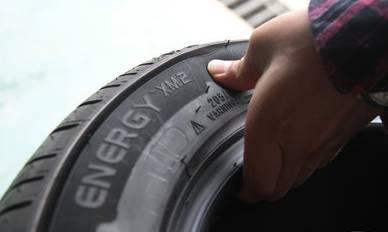 贪小便宜吃大亏!翻新轮胎易引发交通事故