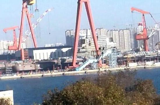 中国国产航母正在进行刷漆作业